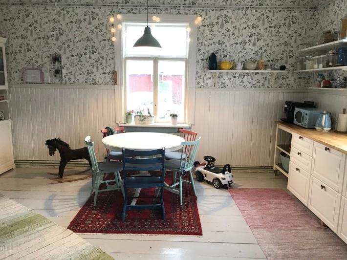 Köksbordet. Taget från ingången till mitt sovrum.