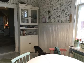 Hörnet vid entrén efter. Observera att den prickiga påsen som står på en stol på första bilden kan skymtas på golvet i hallen här.