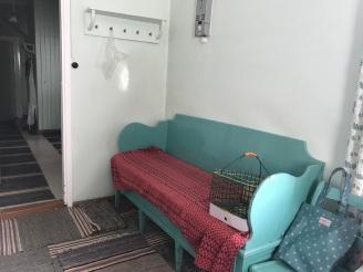 Hörnet bredvid entrén före. Nej, jag vet inte vart den här soffan tog vägen. Den hade gärna fåt vara kvar för min del.