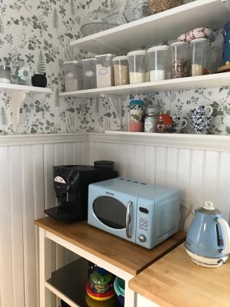 Kaffehörnan. En favorit. Micron talar bara tyska, men är så snygg att den är förlåten. Tekokaren är en present från barnen.